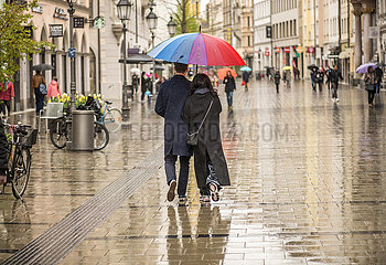 Paar  Sendlinger Strasse  Spaziergang im Regen  Muenchen  6. Mai 2021