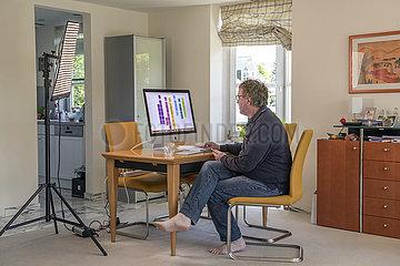 Mann im Homeoffice  bei Videokonferenz ueber Google Meet  waehrend Corona Lockdown  Muenchen  Mai 2021