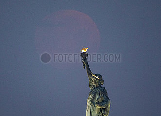 US--NEW YORK-MOON