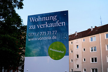 Deutschland  Hannover - Werbetafel des Immobilienkonzerns vonovia vor einer Wohnsiedlung
