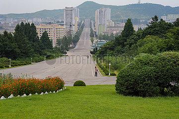 Kaesong  Nordkorea  Stadtbild zeigt Alltagsszene mit Fussgaengern auf leerem Boulevard