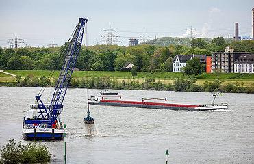 Ruhrgebietslandschaft am Rhein mit Baggerschiff  Duisburg  Nordrhein-Westfalen  Deutschland