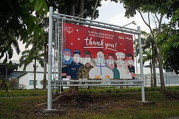 Singapur  Republik Singapur  Transparent zollt den Helden der Frontline im Kampf gegen Corona Tribut