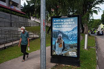Singapur  Republik Singapur  Werbeflaeche wirbt fuer baldigen Urlaub in Neuseeland nach Covid
