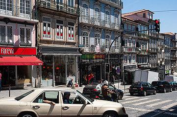 Porto  Portugal  Alltagsszene mit Stadtverkehr und traditionellen Gebaeuden in der Altstadt