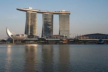 Singapur  Republik Singapur  Blick auf das Marina Bay Sands Hotel mit dem ArtScience Museum