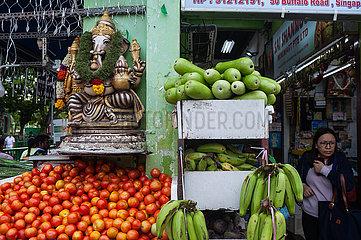 Singapur  Republik Singapur  Frau geht an einem Lebensmittelgeschaeft in Little India vorbei