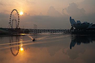 Singapur  Republik Singapur  Sonnenaufgang in Marina Bay mit Singapore Flyer Riesenrad und ArtScience Museum
