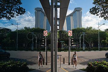 Singapur  Republik Singapur  Frau mit Mundschutz in Marina Bay waehrend der Corona-Pandemie