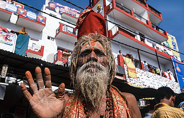 Haridwar  Indien  Alter baertiger heiliger Mann (Sadhu) mit Gesichtsbemalung posiert auf dem Kumbh Mela Fest fuer ein Foto