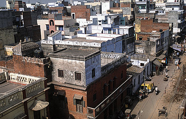 Varanasi  Indien  Blick von oben auf die Daecher und Gebaeude in der historischen Altstadt