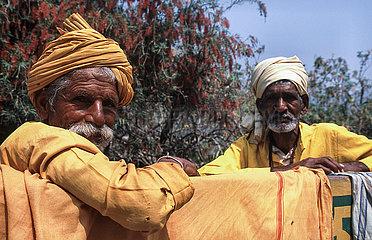 Rishikesh  Indien  Baertige Maenner mit Turban posieren auf einer Bank fuer ein Foto