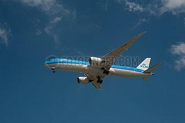 Singapur  Republik Singapur  Boeing 787 Dreamliner Passagierflugzeug der KLM beim Landeanflug auf den Flughafen Changi