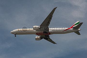 Singapur  Republik Singapur  Boeing 777 Passagierflugzeug der Emirates beim Landeanflug auf den Flughafen Changi