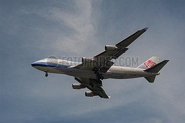 Singapur  Republik Singapur  Boeing 747-400F Frachtflugzeug der China Airlines Cargo beim Landeanflug auf den Flughafen Changi