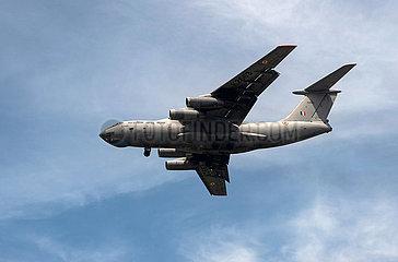 Singapur  Republik Singapur  Ilyushin Il-76MD Frachtflugzeug der indischen Luftwaffe (Indian Air Force) beim Landeanflug auf den Flughafen Changi