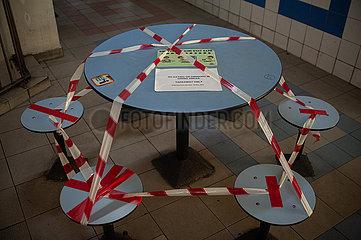Singapur  Republik Singapur  Mit Flatterband abgesperrter Tisch in Chinatown waehrend der Coronakrise