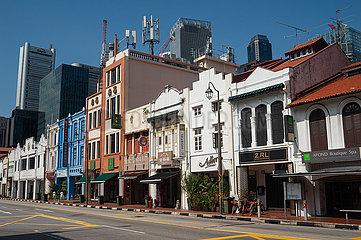Singapur  Republik Singapur  Menschenleere Strasse mit traditionellen Gebaeuden (Shophouses) in Chinatown waehrend der Coronakrise