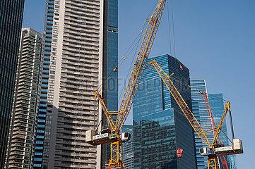 Singapur  Republik Singapur  Baukraene auf einer Baustelle im Geschaeftsviertel waehrend der Coronakrise