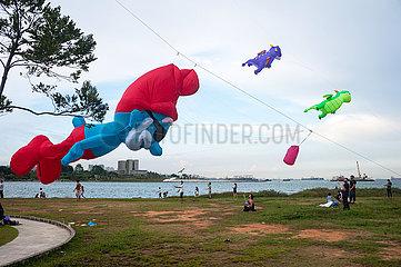 Singapur  Republik Singapur  Menschen lassen am Ufer in Marina South Drachen steigen