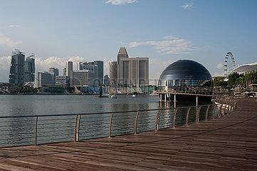 Singapur  Republik Singapur  Uferpromenade in Marina Bay mit Apple Store und Skyline waehrend der Coronakrise