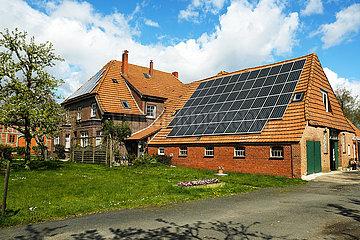 Deutschland  Bremen - Solarzellen auf dem Dach eines Bauerhhofs