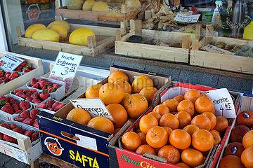 Deutschland  Bremen - Frisches Obst und Gemuese  Auslage Obst- und Gemuesegeschaeft