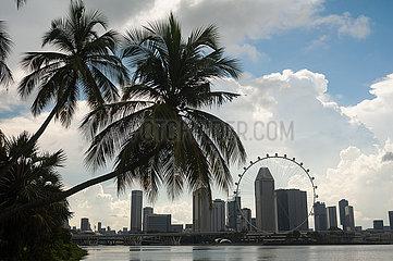 Singapur  Republik Singapur  Stadtansicht Innenstadt mit Singapore Flyer Riesenrad waehrend der Coronakrise