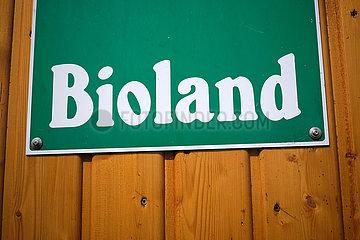 Deutschland  Bremen - Bioland-Logo an einem Bauernhof