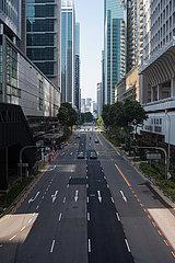 Singapur  Republik Singapur  Wenig Verkehr auf einer Strasse im Geschaeftszentrum waehrend der Coronakrise