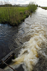 Deutschland  Bremen - Wasserzufuhr aus einem Fluss in das Landschaftsschutzgebiet Blockland
