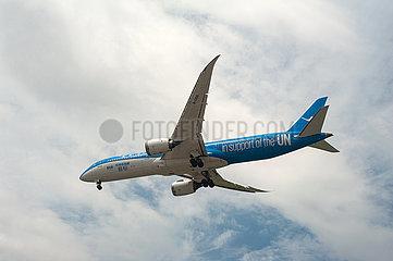 Singapur  Republik Singapur  Boeing 787 Dreamliner Passagierflugzeug der Xiamen Air beim Landeanflug auf den Flughafen Changi