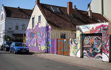 Deutschland  Bremen - Graffiti an Hausfassade und Garage