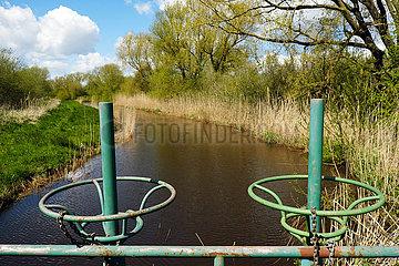 Deutschland  Bremen - Kanal fuer die Wasserzufuhr aus einem Fluss in das Landschaftsschutzgebiet Blockland