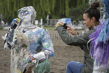 KANADA-VANCOUVER-Installations-PLASTIC beachgoers