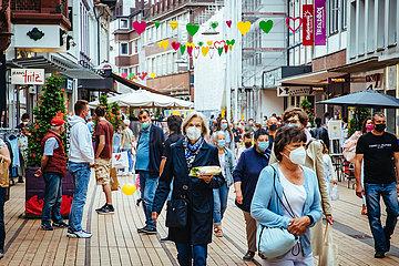 Shopping Ansturm mit Masken am Verkaufsoffenen Sonntag