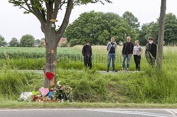 Gedenkstätte von Freunden für ein Verkehrsopfer am Straßenrand