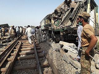 (SPOT NEWS) PAKISTAN-Ghotki-TRAIN-UNFALL-DEATH TOLL
