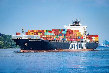 Containerschiff Nik Constellation auf der Elbe