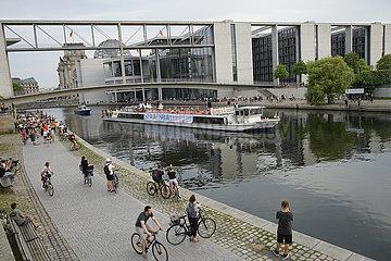 Schiffstour des Staatsballetts Berlin unter dem Motto From Berlin with Love / Auf der Spree
