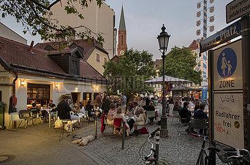 Wiener Platz  viele Menschen geniessen den Abend  Muenchen  11. Juni 2021