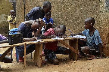 UGANDA-KAMPALA-COVID-19-RADIO Unterricht für Grundschüler