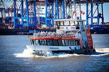 HVV Fähre auf der Elbe im Hamburger Hafen