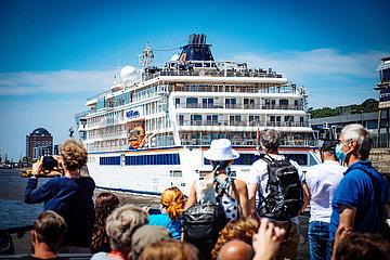 Fahrgäste der HVV Fähre am Altonaer Fischmarkt vor Kreuzfahrtschiff Hanseatic