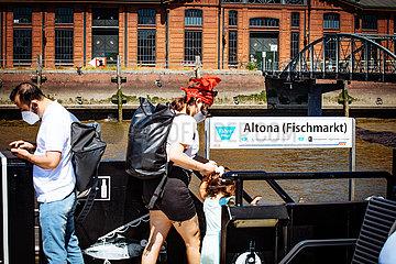 Fahrgäste der HVV Fähre am Altonaer Fischmarkt