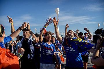 Fußball Fans bei der Anreise ins Stadion in München