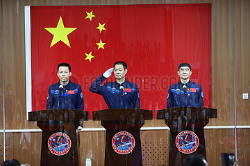 CHINA-SHENZHOU-12-ASTRONAUTS-PRESS-MEETING (CN)