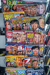 Wien  Oesterreich  Zeitschriftenstaender mit Illustrierten an einem Kiosk in der oesterreichischen Hauptstadt