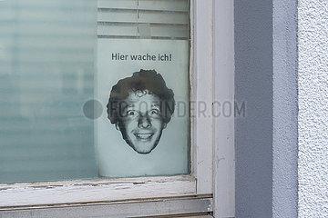 Berlin  Deutschland - Humorvolle Warnung an potenzielle Einbrecher in der Fensterscheibe einer Parterrewohnung.