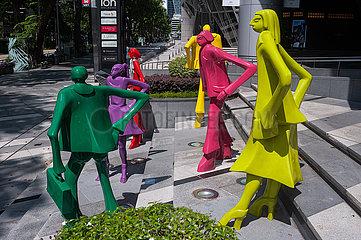 Singapur  Republik Singapur  Bunte Skulpturen der modernen Kunstrichtung vor dem ION Orchard Einkaufszentrum